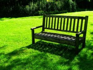 בניית ספסל עץ לגינה